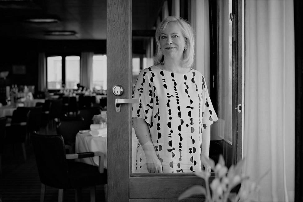 Kirjailija Sinikka Nopolalta on julkaistu kirjailijanuran aikana noin 80 teosta. Nopola kuvattiin ravintola Savoyssa vuonna 2017.