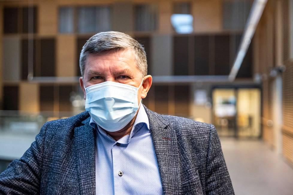 Johtajaylilääkäri Juhani Sand perustelee haastattelussa, miksi Pirkanmaalla ei vielä luovuta esimerkiksi maskisuosituksesta.