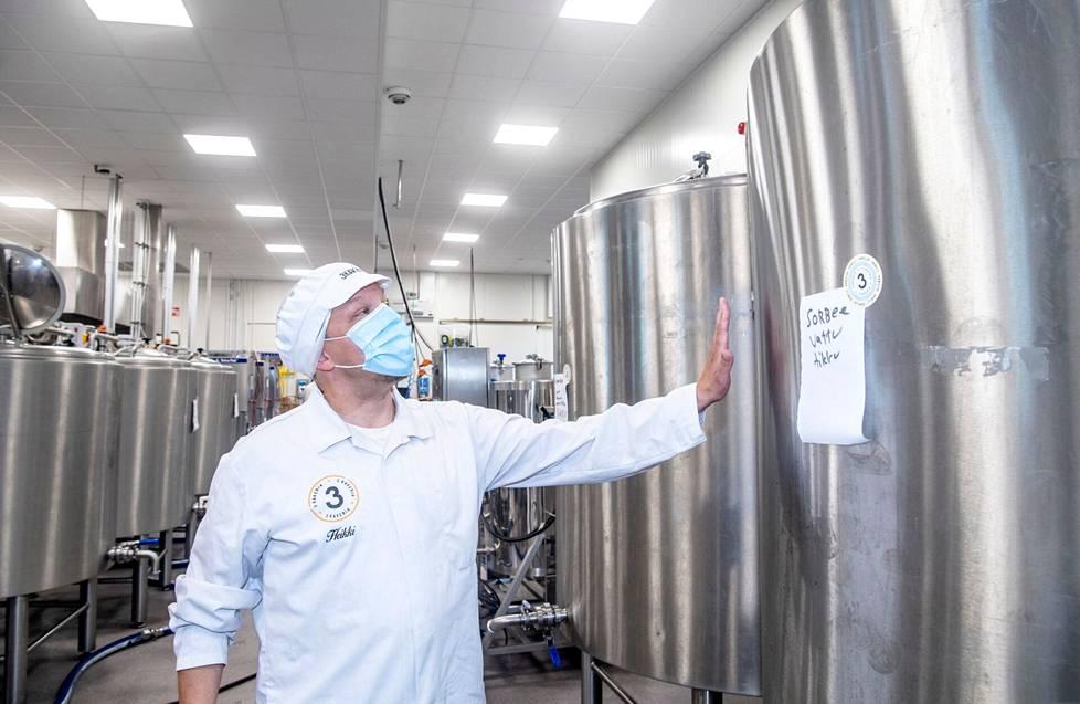 Toimitusjohtaja Heikki Huotari esittelee, miten vegaaninen vadelmasorbetti-lakritsijäätelö-puikko valmistuu. Kolmen kaverin jäätelön liikevaihto ylittää tänä vuonna kymmenen miljoonaa euroa.