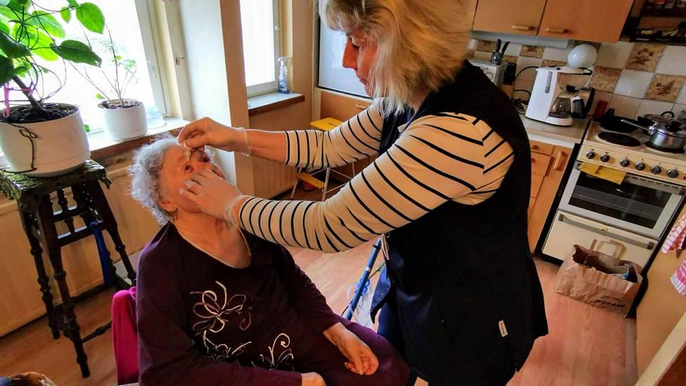Kati Kahila kotihoidosta laittoi Helga Liehulle silmätippoja Valkeakoskella maaliskuussa 2020. Erityisesti kotihoidon työvoiman saaminen on Valkeakoskellakin vaikeutunut, mutta palveluja tarvitsevien vanhusten määrä on kasvussa.