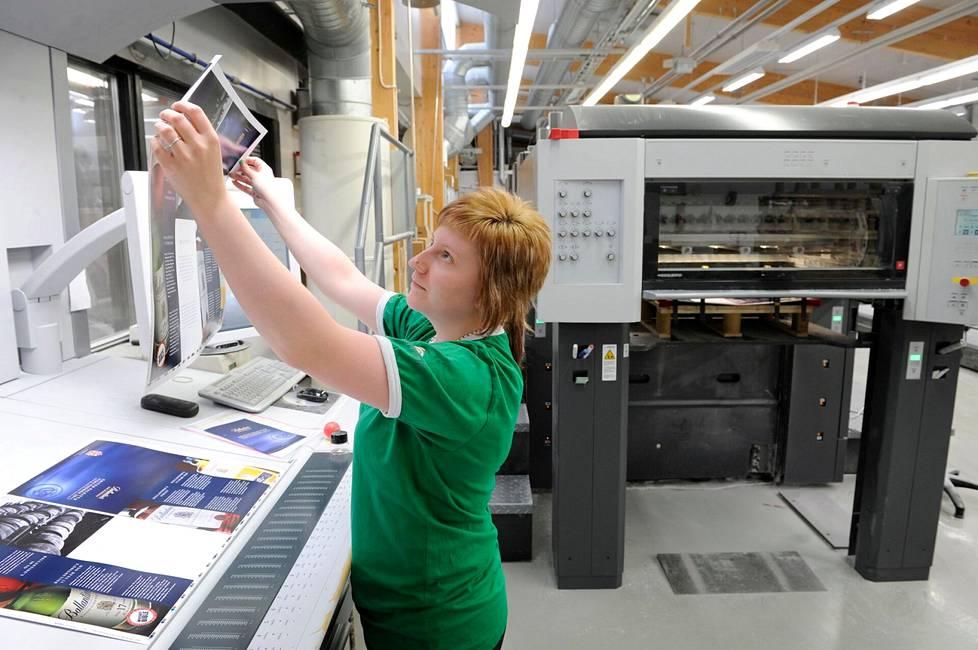 Eura Printin tulevaisuus näytti kymmenisen vuotta sitten valoisalta. Kesällä 2012 otetussa kuvassa painaja Niina Kaukkila varmisti, että painotuotteen kohdistukset ovat kunnossa.