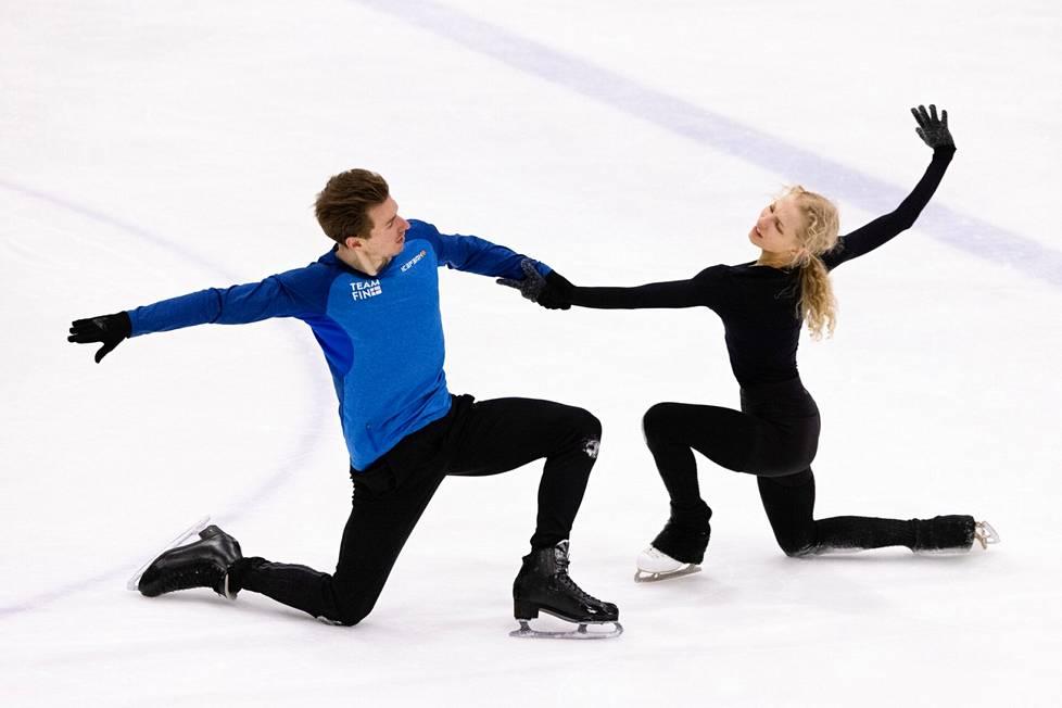 Matthias Versluis ja Juulia Turkkila harjoituksissa Pirkkolan jäähallissa Helsingissä.