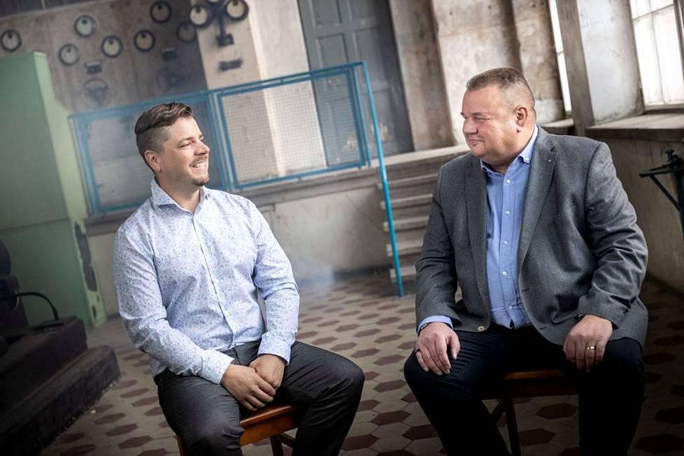 TH-Kumin myyjä Mikko Lepistö ja hänen asiakkaansa Timo Tarvainen Bestparkista keskustelivat asiakaspalvelusta Porin Puuvillan rustiikissa generaattorisalissa.