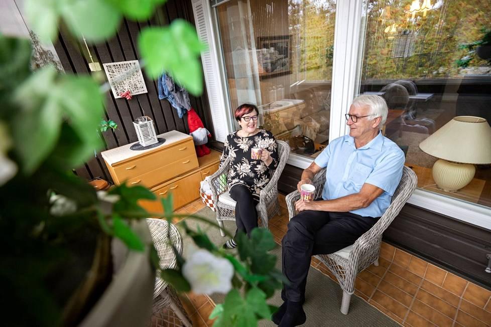 Maritta ja Jouko Uusitalo viihtyvät asuntonsa parvekkeella, josta avautuvat järvimaisemat.