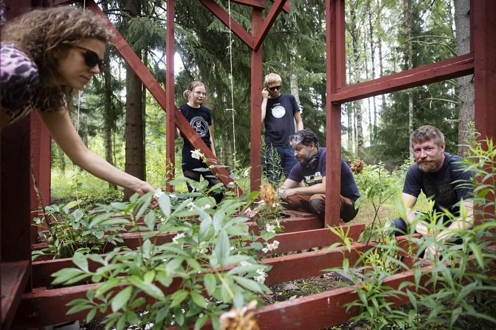 Iida Nikitin, Laura Pietiläinen, Heikki Hautala, Antti Pedrozo ja Jussi Matilainen tekivät ilkivallan kohteena olleesta mummonmökistä kasvatusmökin kukkasille.
