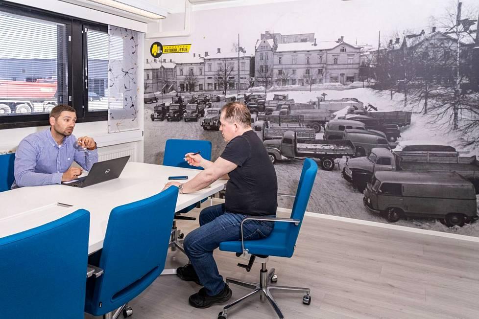 KTK järjestää kuljetuksia pienistä tilauksista aina suurprojekteihin saakka, sanovat toimitusjohtaja Ilkka Mattila ja kuljetuspäällikkö Kai Peltoniemi.