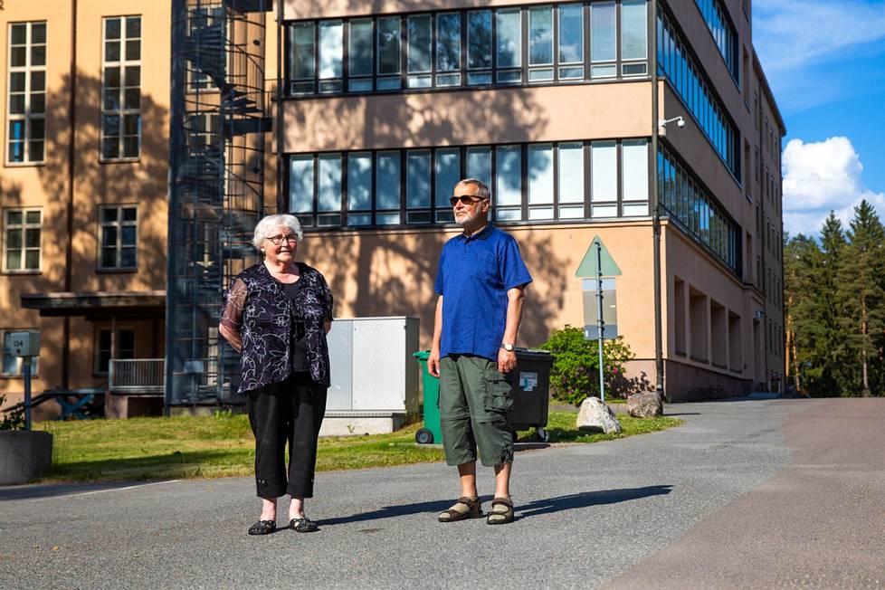 Leena ja Eero Kivelä Ahveniston tuberkuloosiparantolan edessä Hämeenlinnassa. Sairaala oli Leenan työpaikka. Eero sairasti tuberkuloosin Oulaskankaan parantolassa.