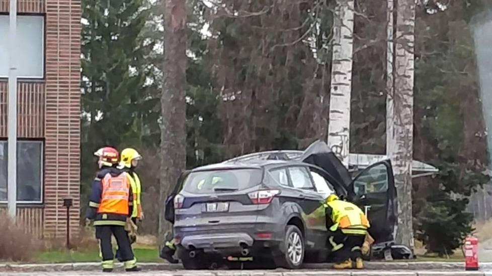 Henkilöauto suistui tieltä Keuruun kaupungintalon luona lauantaina puolen päivän aikaan.