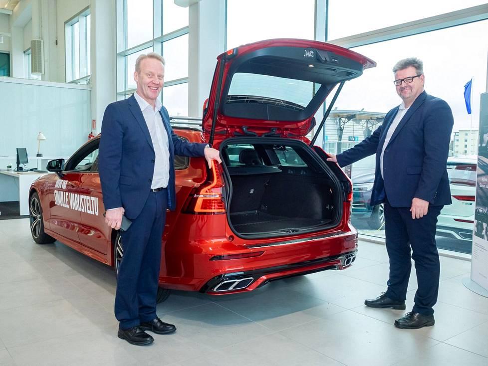 Aluejohtaja Harri Mylläri ja tuotepäällikkö Mikko Mäki-Äijö ovat huomanneet kiinnostuksen tilaviin autoihin nousseen.