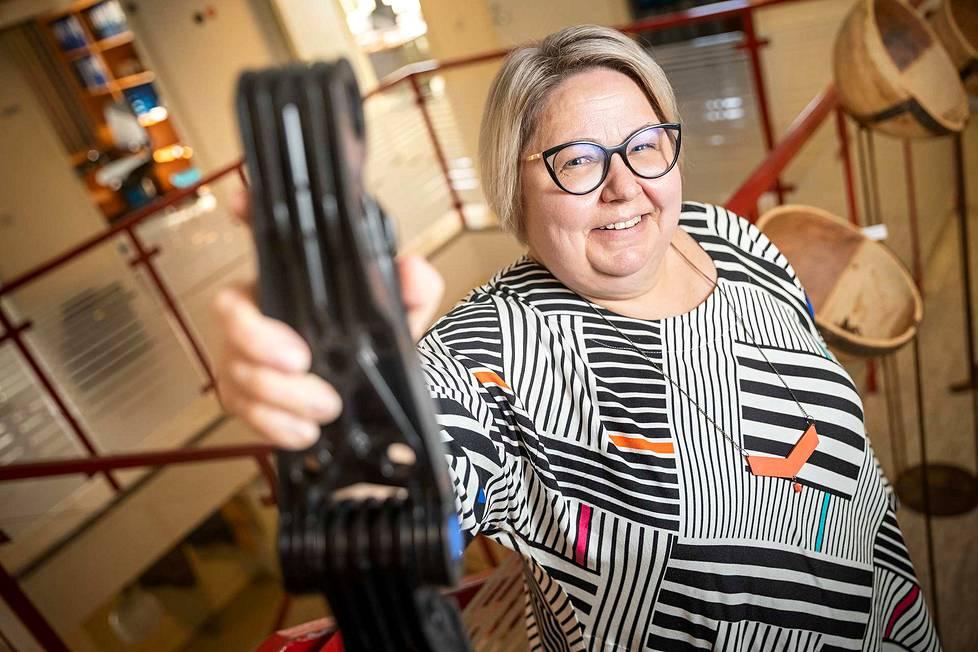 Hammasaukkoketju HA200 näyttää yksinkertaiselta, mutta siihenkin kohdistuu useampi patentoitu keksintö. Valmiiseen ketjukaapimeen tarvitaan kaikkiaan noin parisataa erilaista komponenttia ennen kuin se voidaan asentaa paikoilleen jätevedenpuhdistamoon. – Aina voi tehdä paremmin, kuvailee toimitusjohtaja Leena Tuomikoski yrityksensä ydinfilosofiaa.