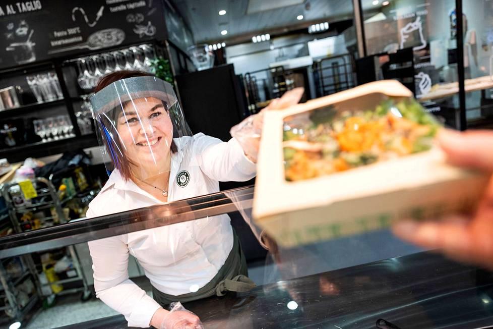 Tiimin vetäjä Katja Lindström suosittelee kokeilemaan lounasnälkään avoherkkuleipää. Pehmeälle rieskapohjalle rakennettu annos on runsas, ja maut ovat hienossa tasapainossa keskenään. – Oma suosikkini on katkarapuskagen.