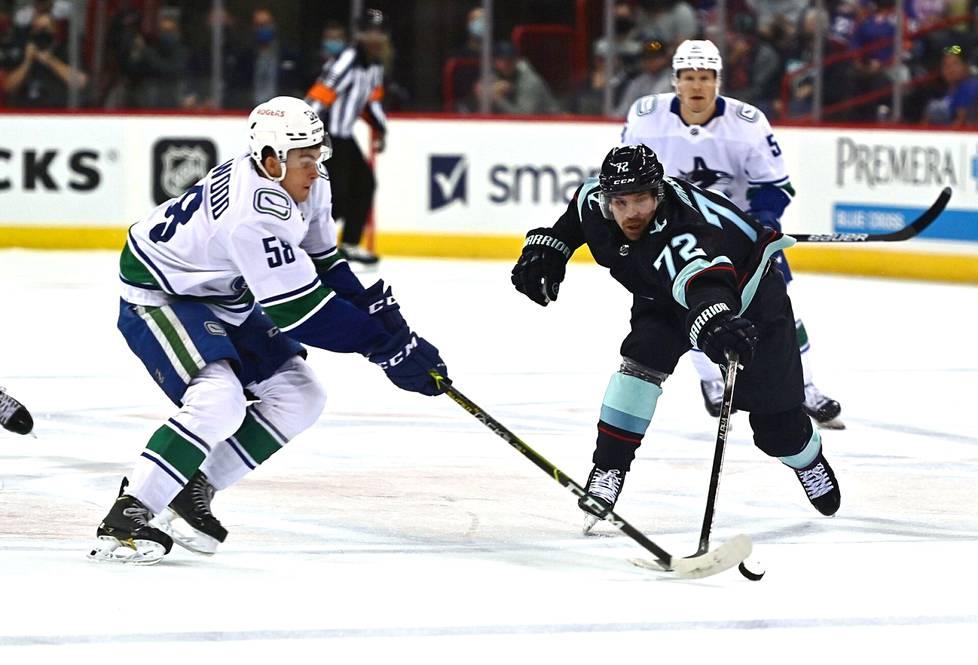 Seattlen Joonas Donskoi (72) yritti napata kiekon Vancouver Canucksin William Lockwoodilta harjoitusottelussa.