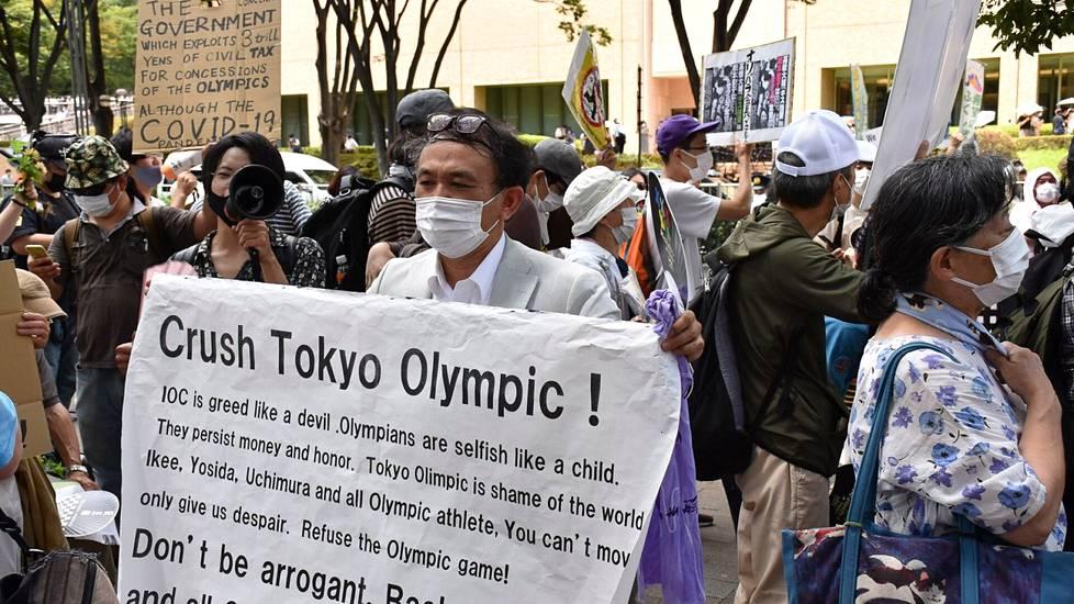 Olympialasiten vastustajat osoittivat mieltään Tokiossa kisojen avajaispäivänä viikko sitten.
