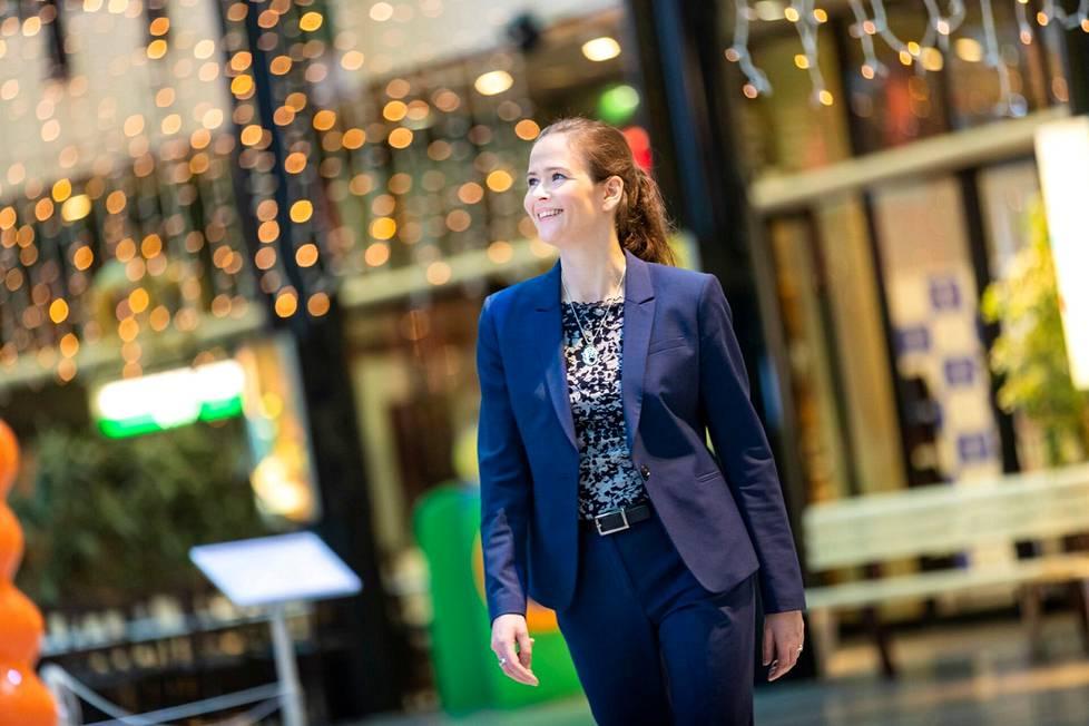 – Lakia ei tarvitse tuntea voidakseen tulla keskustelemaan edunvalvontavaltakirjasta tai perintösuunnittelusta. Tehtävämme on avata vaikeilta kuulostavia lakiasioita asiakkaille ymmärrettävästi, lupaa lakipalveluiden asiakkuusjohtaja Heidi Widbom.