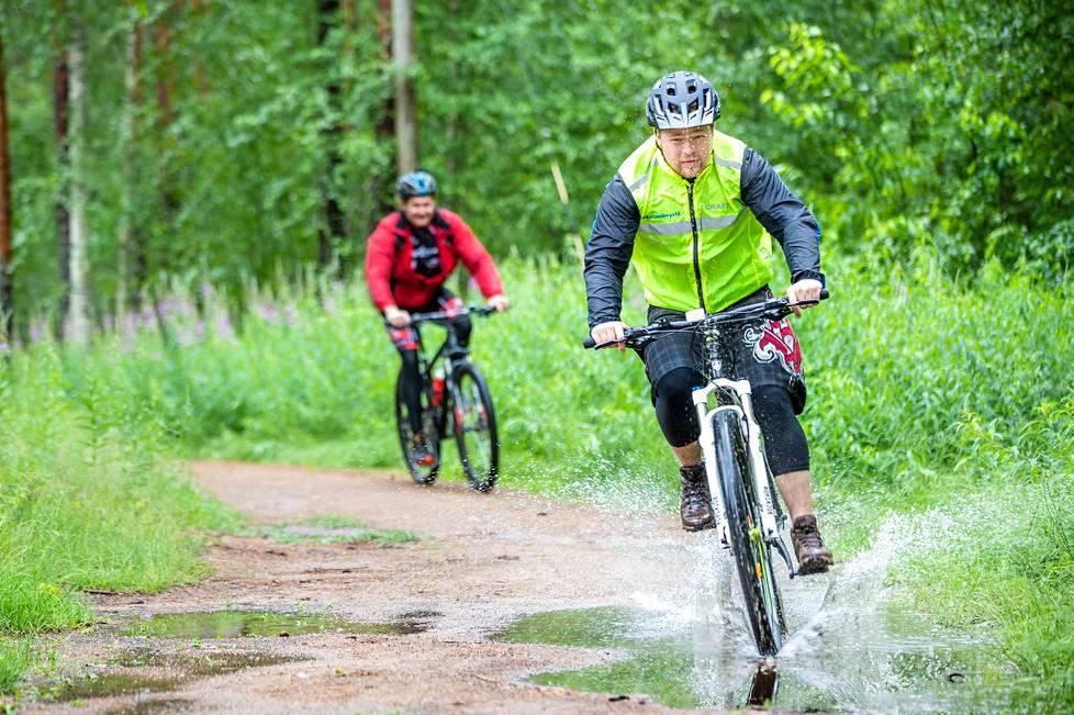 Jukka Hietamäki ja Juha Rantanen ovat tottuneet pyöräilemään säässä kuin säässä. Raikkaassa ulkoilmassa, kauniissa maastossa pyöräileminen on mitä parasta mielenterveydellekin. Stressi laukeaa ja kroppa kiittää.