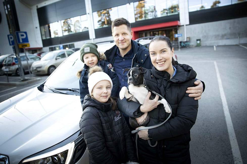 Taipalmaan harrastava perhe testasi Subaru Forester e-Boxeria kotikaupungissaan Porissa. Subaru Forester e-Boxerissa on jatkuva ja symmetrinen neliveto, sen vetokyky on 1870 kg ja uuden kevythybridin polttoaineen kulutusta on vähennetty jopa 11 % verrattuna mallin edeltävään versioon.