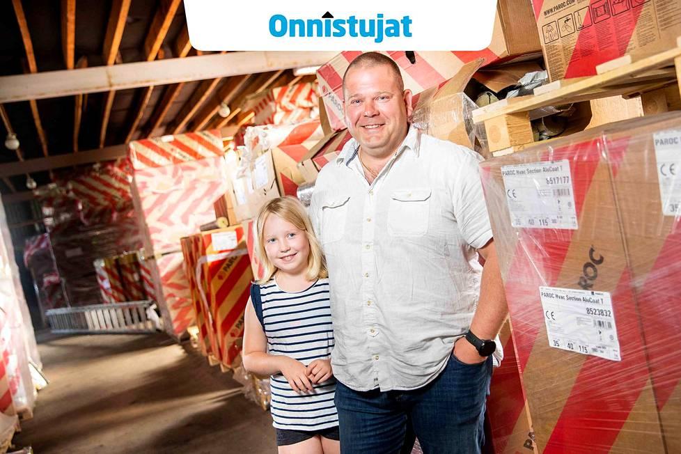 Mikko Hyttisen koti on yrityksen seinän takana. Esikoinen, kohta yhdeksänvuotias Olivia-tytär poikkesi morjestamassa, mutta kuopus, kuusivuotias Elmeri, jäi polskimaan isän rakentamaan piha-altaaseen.