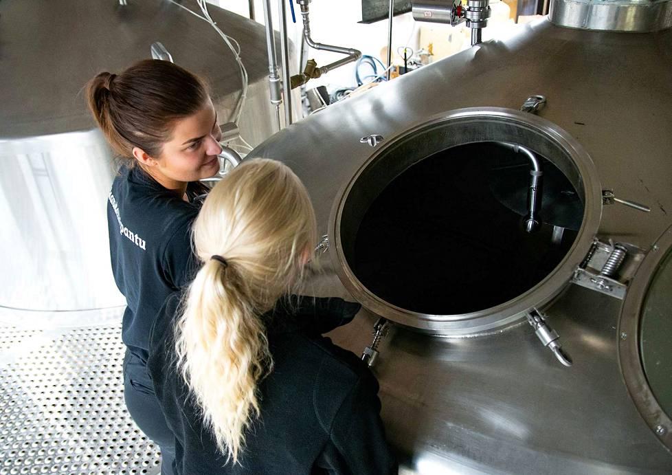 Noin puolet panimon henkilökunnasta on naisia. Elisa Laine ja Carita Vilkman katsovat, että oluen valmistuminen etenee suunnitellusti.