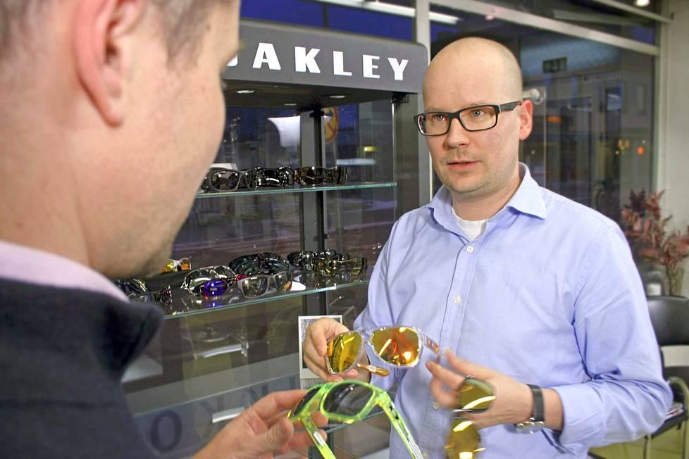 Meillä on aikaa yksilölliselle palvelulle, jolloin asiakkaalle löydetään parhaiten sopivat tuotteet. Optometristi Mikko Linninen esittelee tuotteita asiakkaalle.