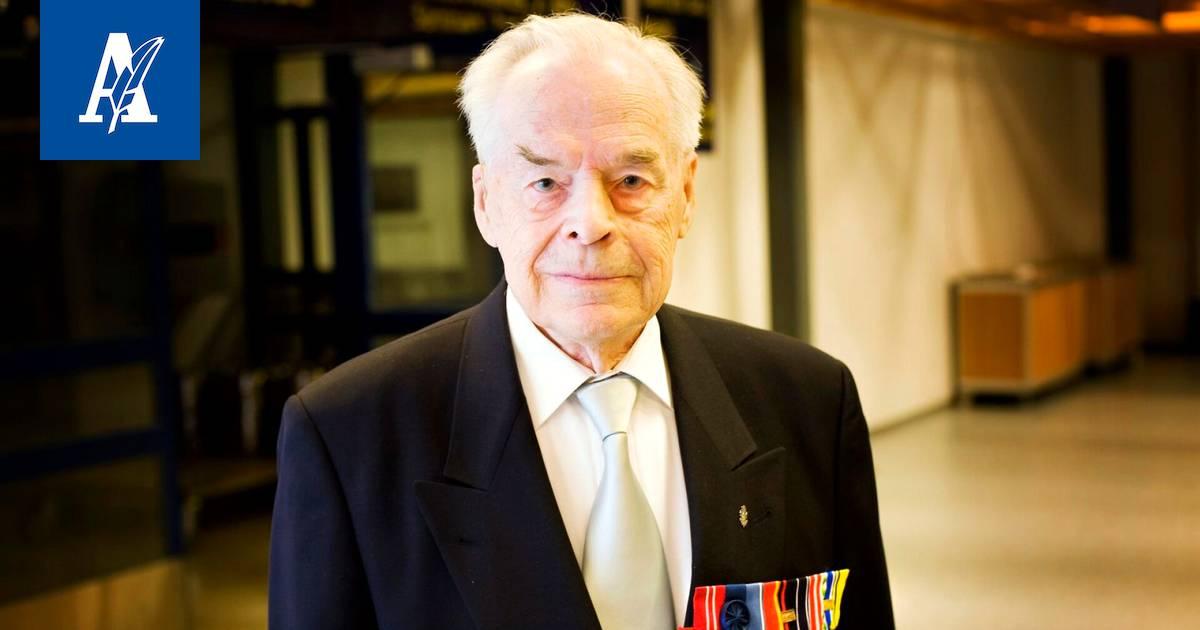 Suomen viimeinen Mannerheim-ristin ritari Tuomas Gerdt kannetaan...